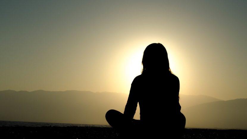 Femme pratiquant la méditation à la montagne